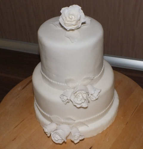 Withe Roses on wedding cake